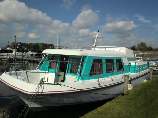 Boot 12 mtr aan de Maas bij 's-Hertogenbosch(12km) - Nederhemert