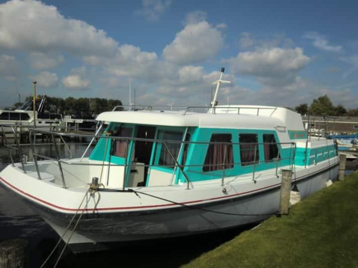 Boot 12 mtr aan de Maas bij 's-Hertogenbosch(12km)