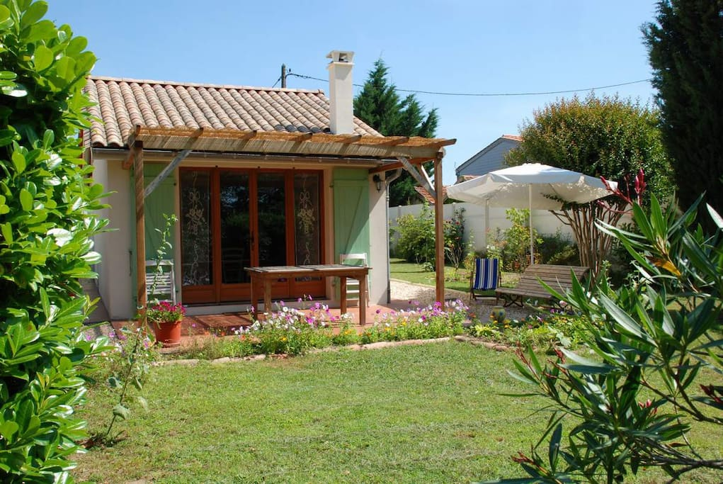 G te dans un jardin l 39 oustaou maisons louer - Location maison libourne ...