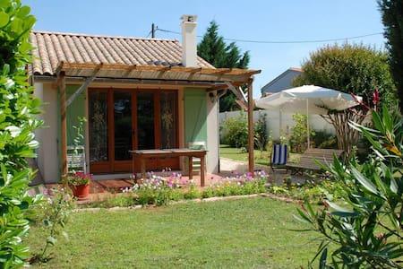 """Gîte dans un jardin à L'""""Oustaou"""" - Libourne - Haus"""