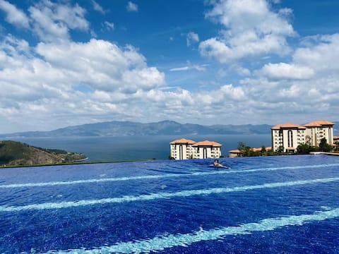【抚仙湖景】顶楼大阳台一线湖景,两房两厅双卫套房,全实木品牌家具带浴缸,可住4-6人