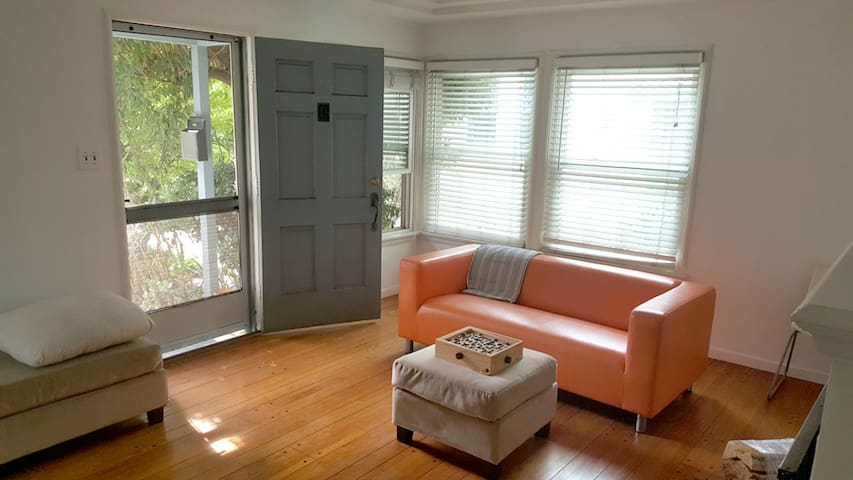 Sunny Bungalow in the Heart of Los Feliz