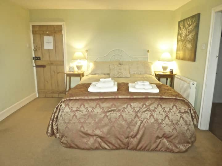 Great room with with lovely en-suite bathroom.