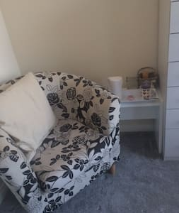 A  bright single/twin room in a new house - Bedford
