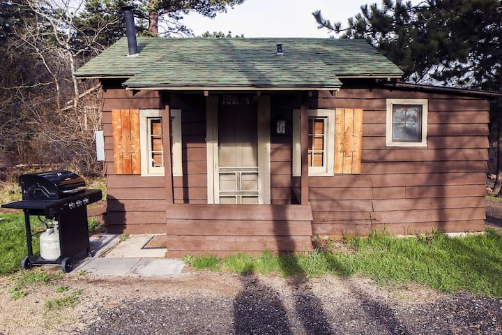 Cozy Budget Friendly Cabin for 2 people, kitchen, outdoor space with grill