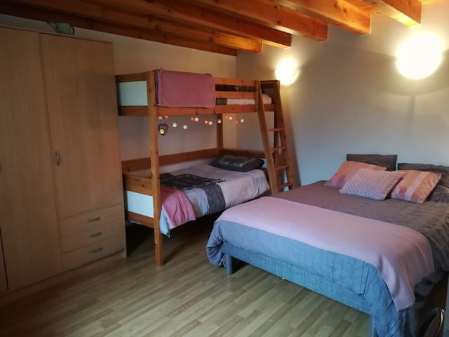 Chambre avec lit double et lit superposé au 1ère étage.