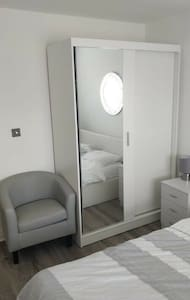 Comfortable and Modern Double Room in House