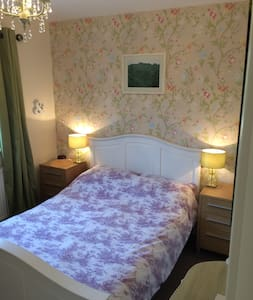 A large cosy modern classic double room in Yeovil. - Yeovil - Szoba reggelivel