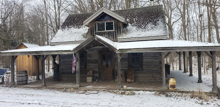 Historic Heated Settler's Log Cabin in Forest