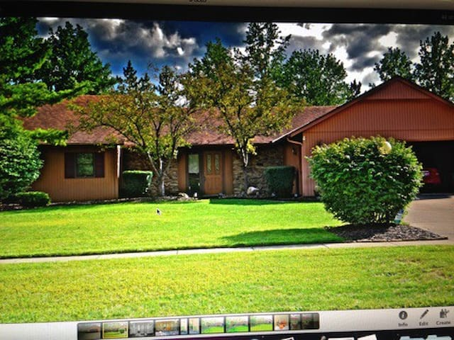 Spacious, Modern Ranch - mins from downtown CLE! - Strongsville - House