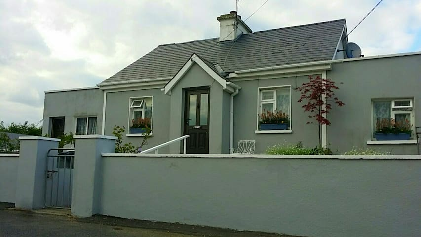 Full Cottage in Rural Irish Village - Galmoy - House