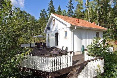 Hus med högt läge 15 minuter från Stockholm - Huddinge