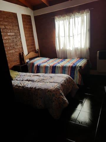 Dormitorio 2 camas de 1 plaza, amplio placard