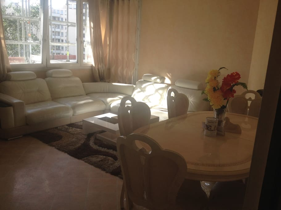 un très grand salon avec un grand canapé angle pour 6 personnes ou plus pour votre confort , propre avec grand écran a votre disposition