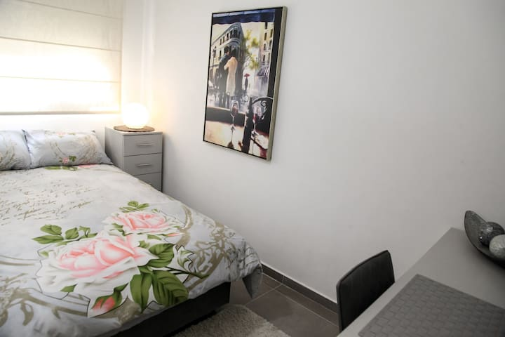 Luxury private single room in central location