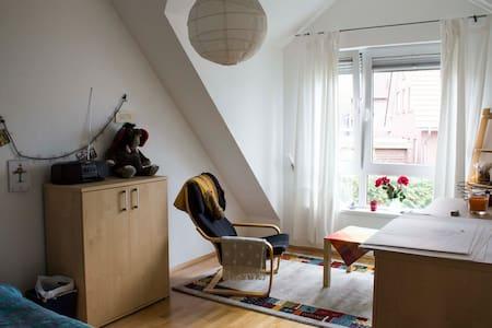 Ruhiges Zimmer nahe Sparrenburg - Bielefeld - Reihenhaus