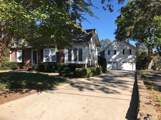 Eclectic Garage Apt-2 blocks to Downtown Greer!