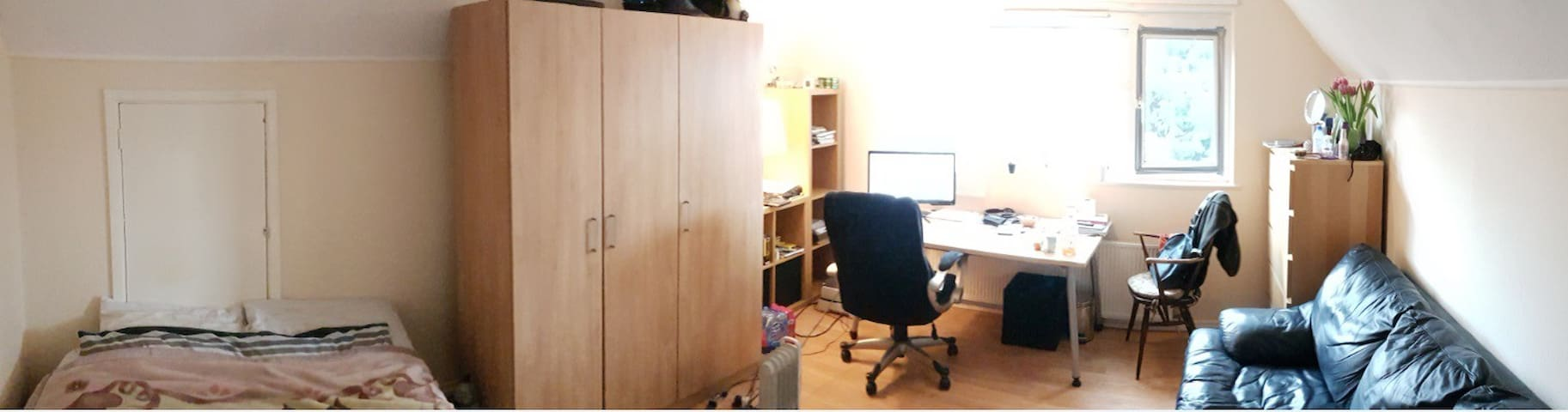 Large double room with sunny garden, near town c - Watford - Rumah