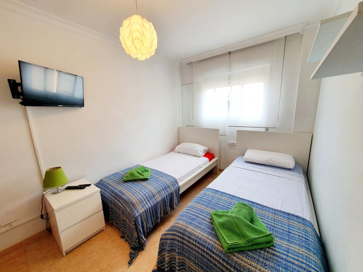 Private room, 1 min walk to Torreblanca beach