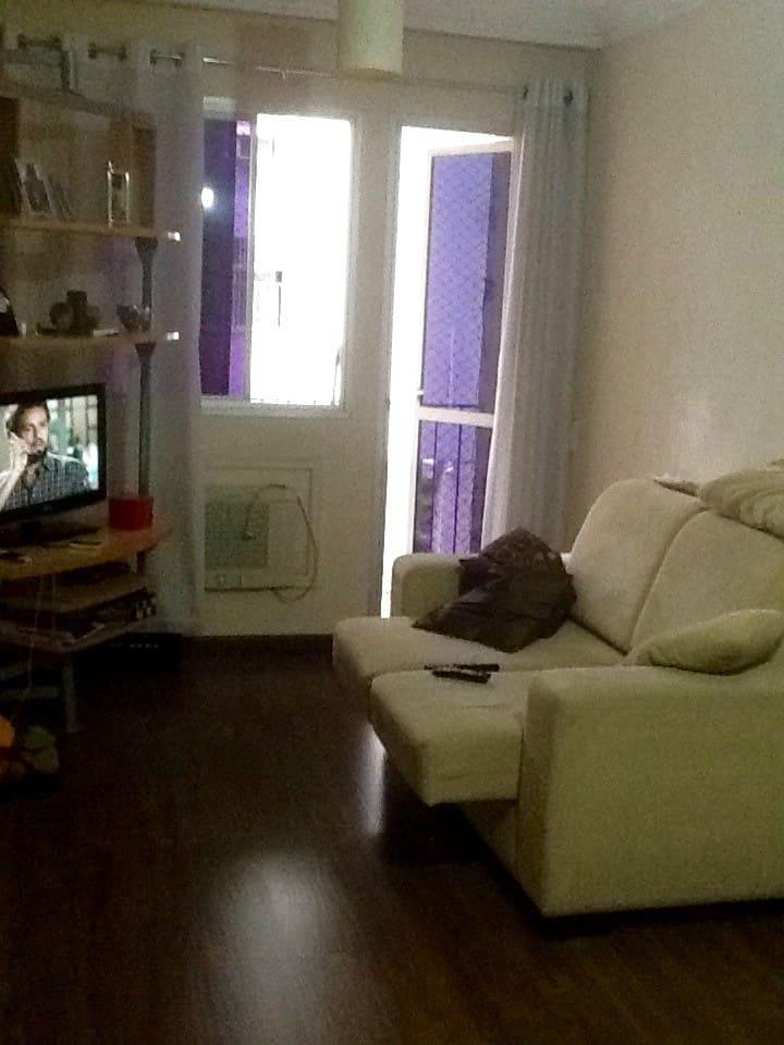 Sala com sofá aconchegante, tv a cabo e ar condicionado!