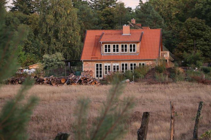 Häuschen mit Ofen und Sauna im Wald!
