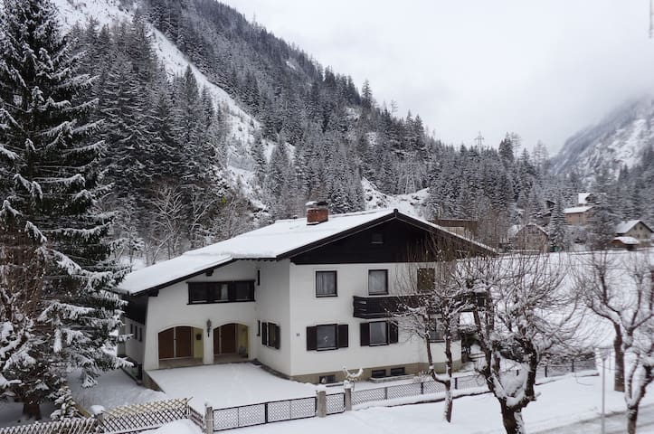 Spacious 4 Bed House with Stunning Mountain Views