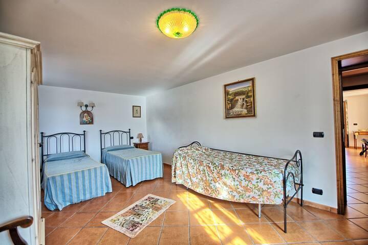 Camera con 3 letti singoli pano terra