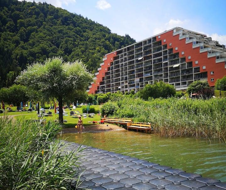 Kleine Ferienwohnung direkt am See mit Badestrand.