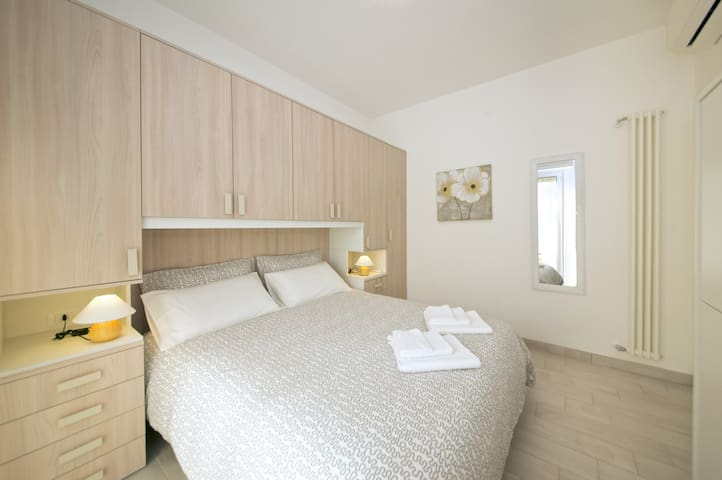Double bedroom with two single extra beds