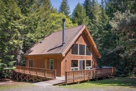 Quiet, luxurious getaway w/furnished deck & gas fireplace - close to Mendocino