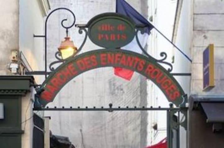 Une petite place de France, dans le Marais.