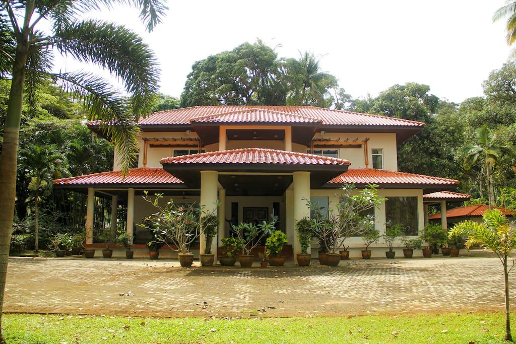 Golden Sands Villa- A stunning 5 bedroom family beach vacation home.