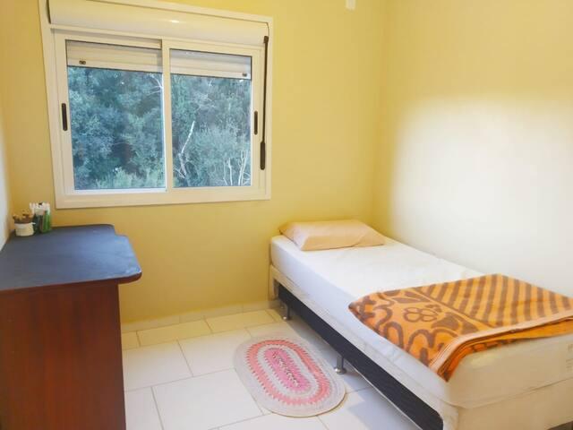 Quarto confortável em apartamento bem localizado