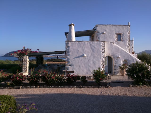Villa Votsalo Isterni Paros (150 meters from sea) - Isterni - House