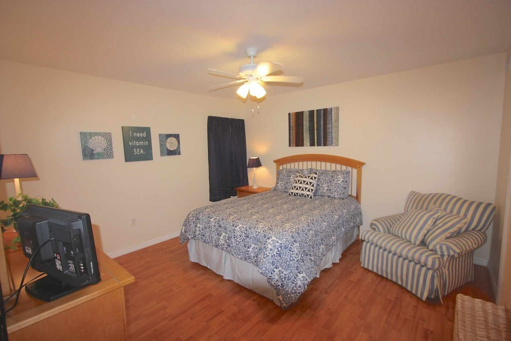 Cozy and Quaint Master Bedroom with Queen Bed/Cable TV/Private Master Bathroom