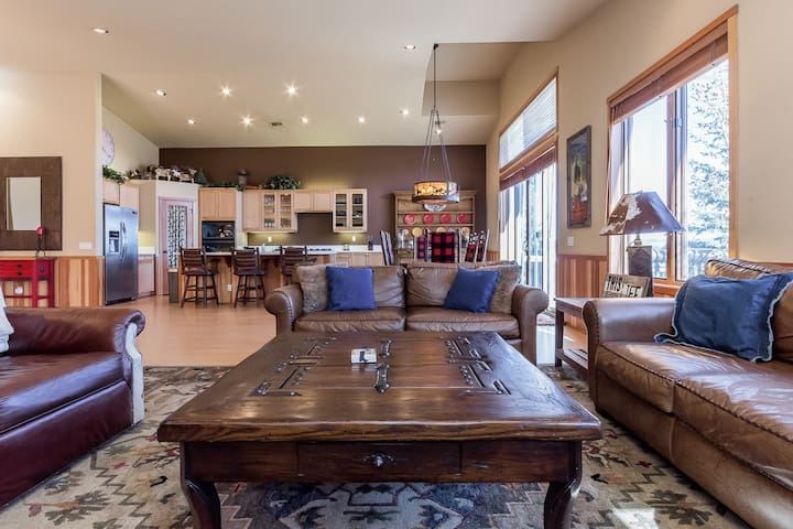 Spectacular townhome with stunning views of the Sherwin Mountains