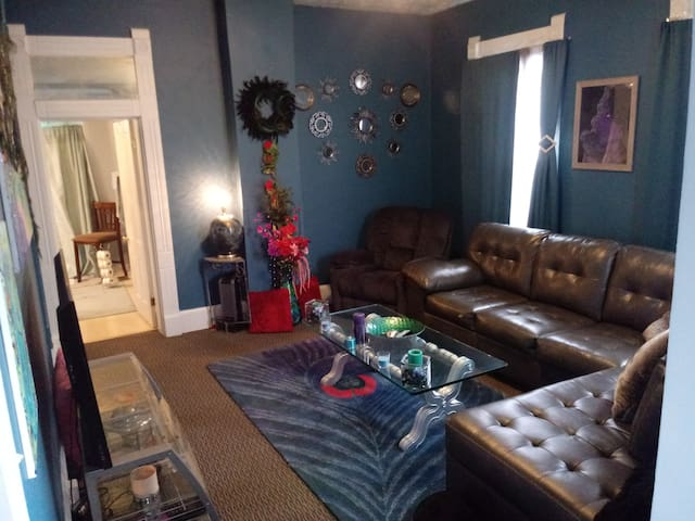 Cozy Downtown Indy Walk-up Apartment
