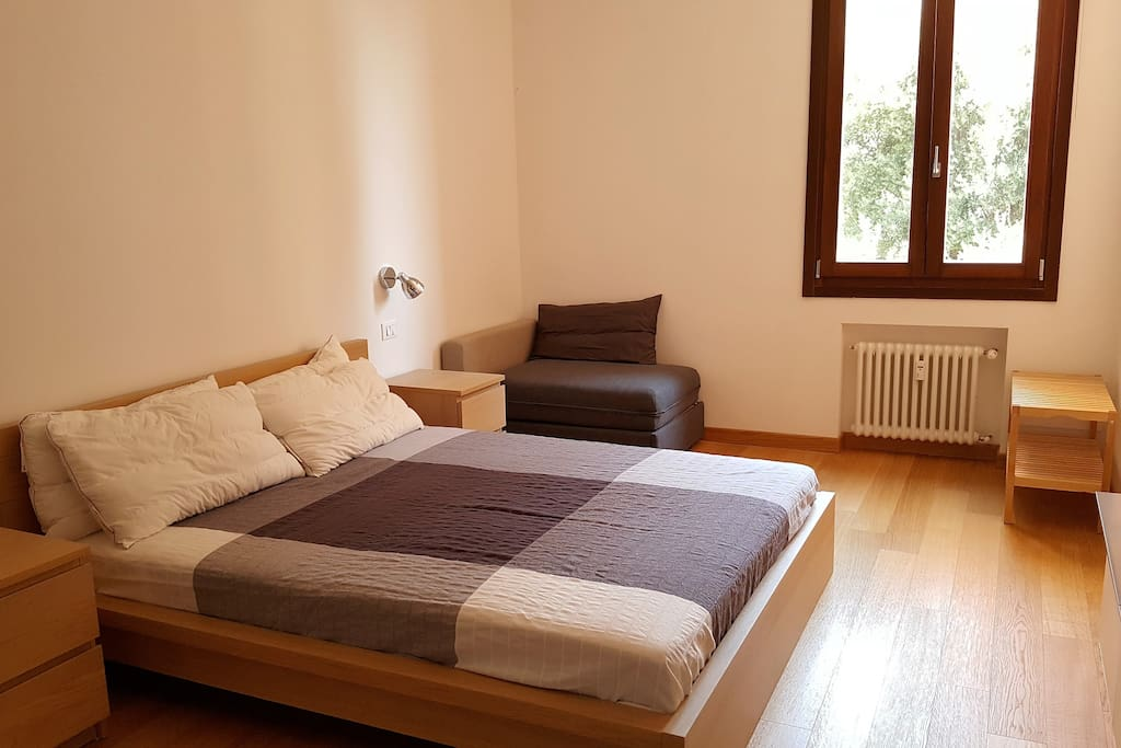La comoda poltrona nell'angolo si trasforma nel caso in un letto singolo