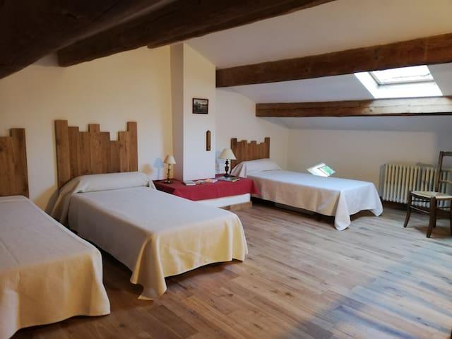 Chambre N°3 Trois lits 90x190. Les deux lits de gauche sont  transformables  en 1 lit 180 X 190 à la demande. Couchages fournis.