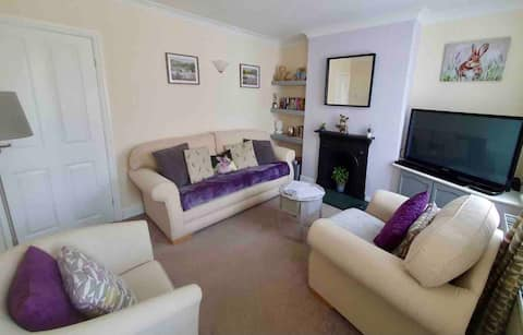 Cosy Bunny Cottage, Ashbourne town centre- parking