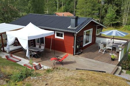 Trivsam stuga på naturtomt i Trosa - Trosa N - Blockhütte