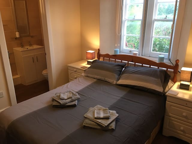 Homely Double Ensuite next to pub (free parking)