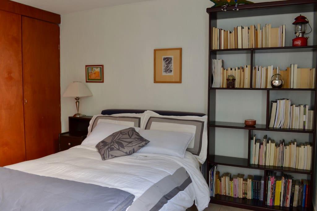 Espacio para colocar tus cosas al lado de la cama. Un buró y closet amplio. Space to place your things next to the bed. A large desk and closet.