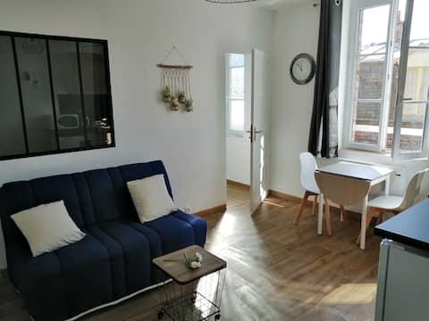 appartement refait à neuf dans résidence à 50 m de la plage et 50 m du bourg