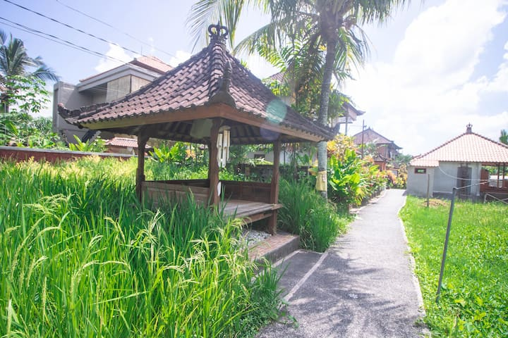 Walk to Ubud Center!  Cozy and Relaxing Room