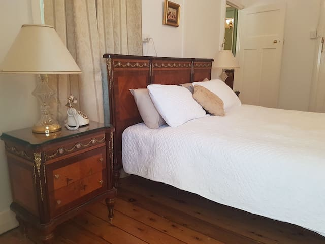 The Whitehouse Homestay - Luxury Bedroom 1