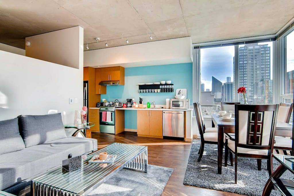 Seattle 39 s 1 location space needle 2br luxury for Seattle view apartments