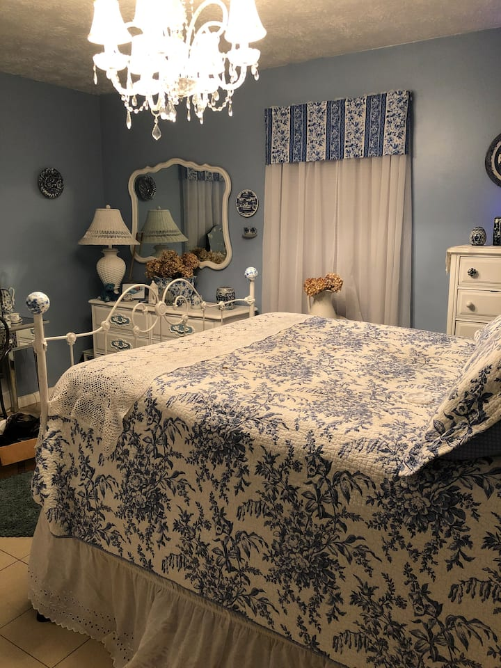 charming Blue and white room / double  bed /crib
