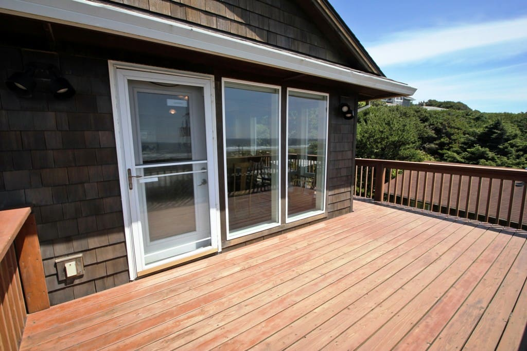 Wrap around deck with spectacular ocean and Neahkahnie Mountain views.