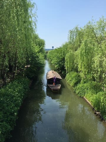 There is a river in the vicinity of the guest house, and there was a history that used to carry things with Osaka from a long time ago/周辺には川があり、昔から大阪と船で物を運んでいた歴史がありました。